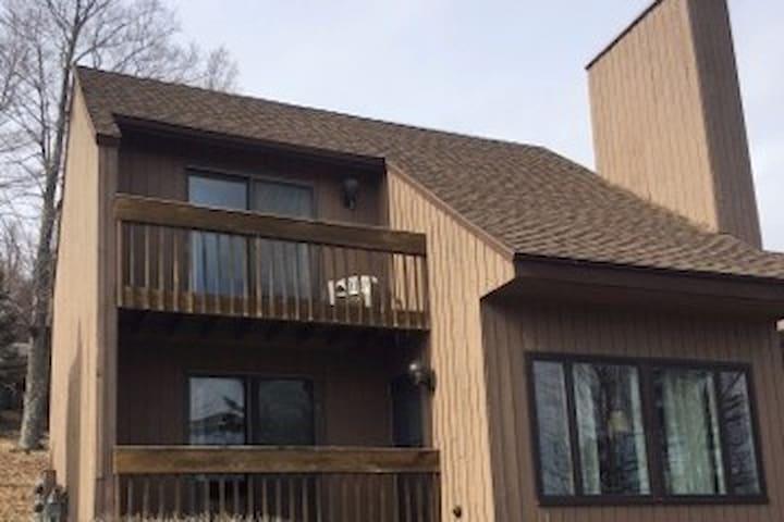 Spacious, modern 3 bedroom condo, end unit - Warren - Apto. en complejo residencial