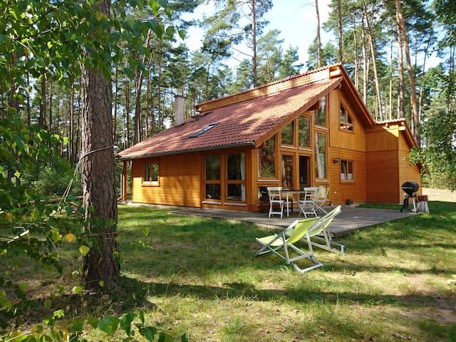 Stilvolles, helles Holzhaus am Wald - El Laguito