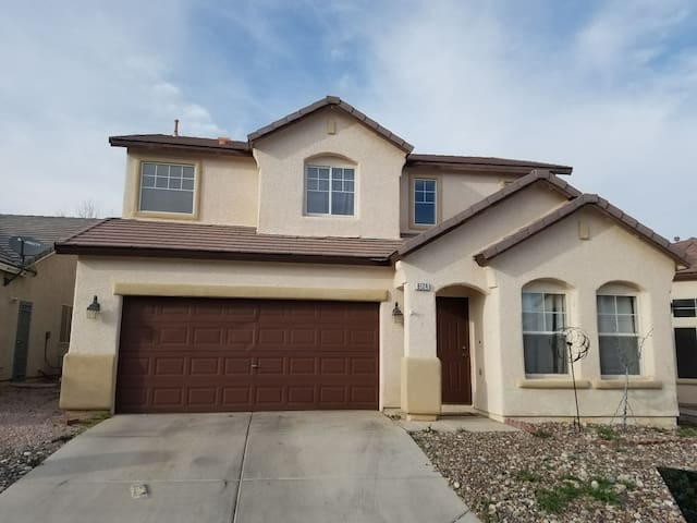 Two story house 3 bedroom 2.5 bath - Las Vegas - Casa