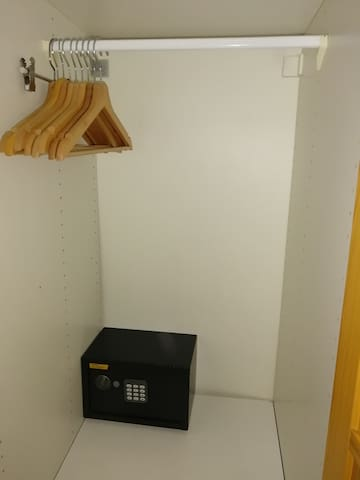 Las habitaciones disponen de servicio de caja fuerte si deciden solicitarlo y sin coste extra, como un servicio de cortesía para nuestros clientes.