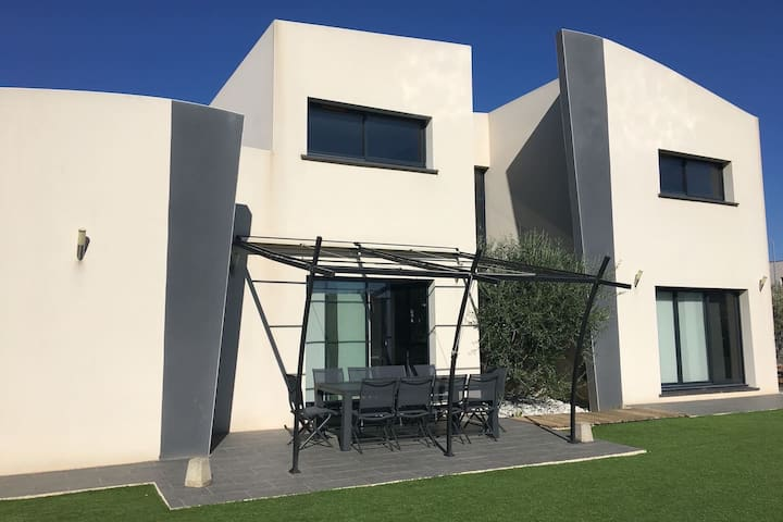 Big modern house with swimming pool in Narbonne