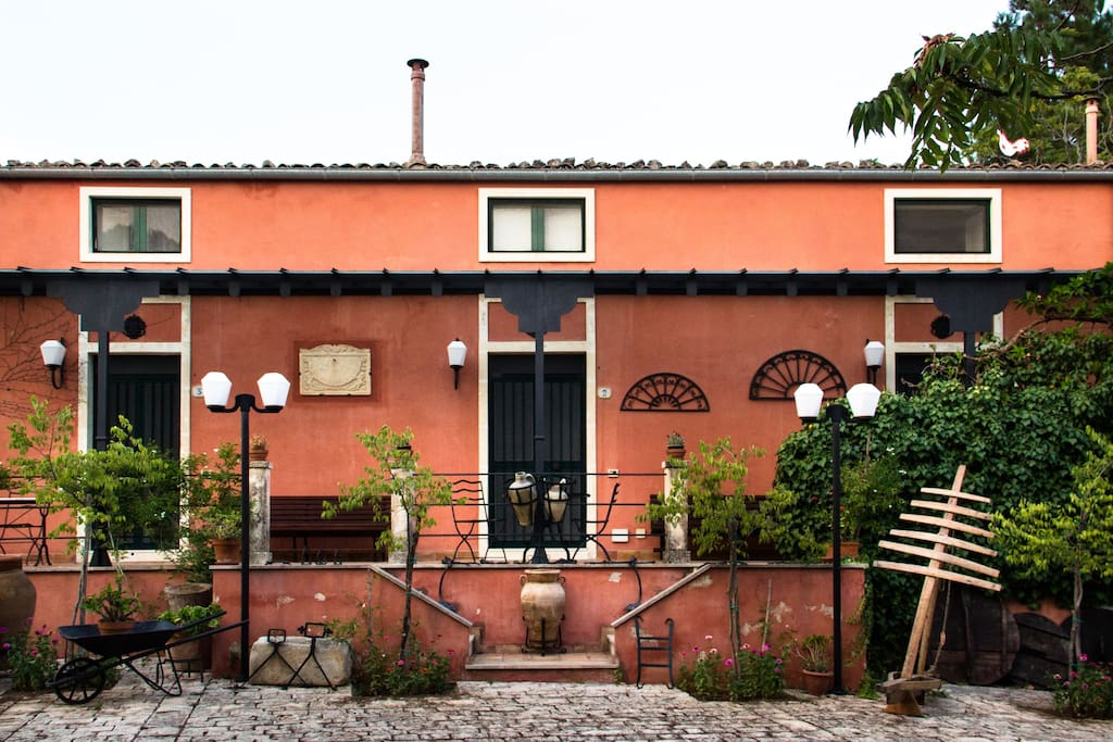la facciata: casa Ailanto, casa Edera, casa Gelso