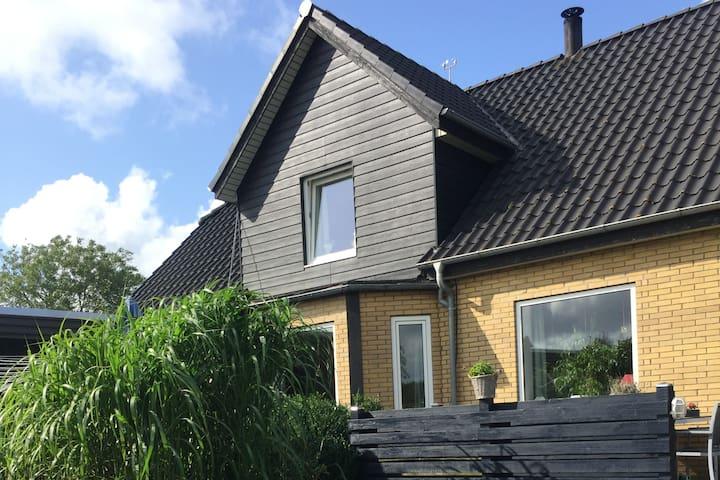 Lejlighed med eget bad og opholdsstue(46 kvm)