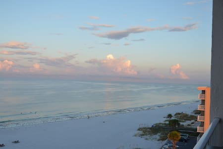 Great Gulf Front, 2B2B, Beach, Pool, & John's Pass - Madeira Beach - Kondominium