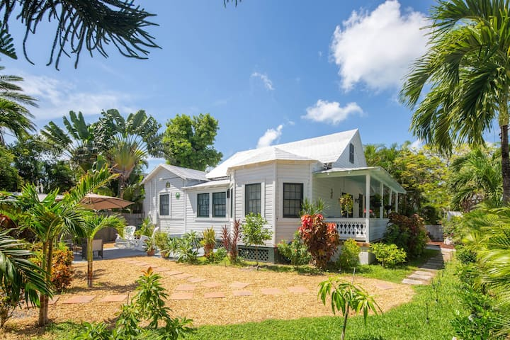 Renovated home w/yard, porch & shared pool, one block from Duval Street -dogs OK