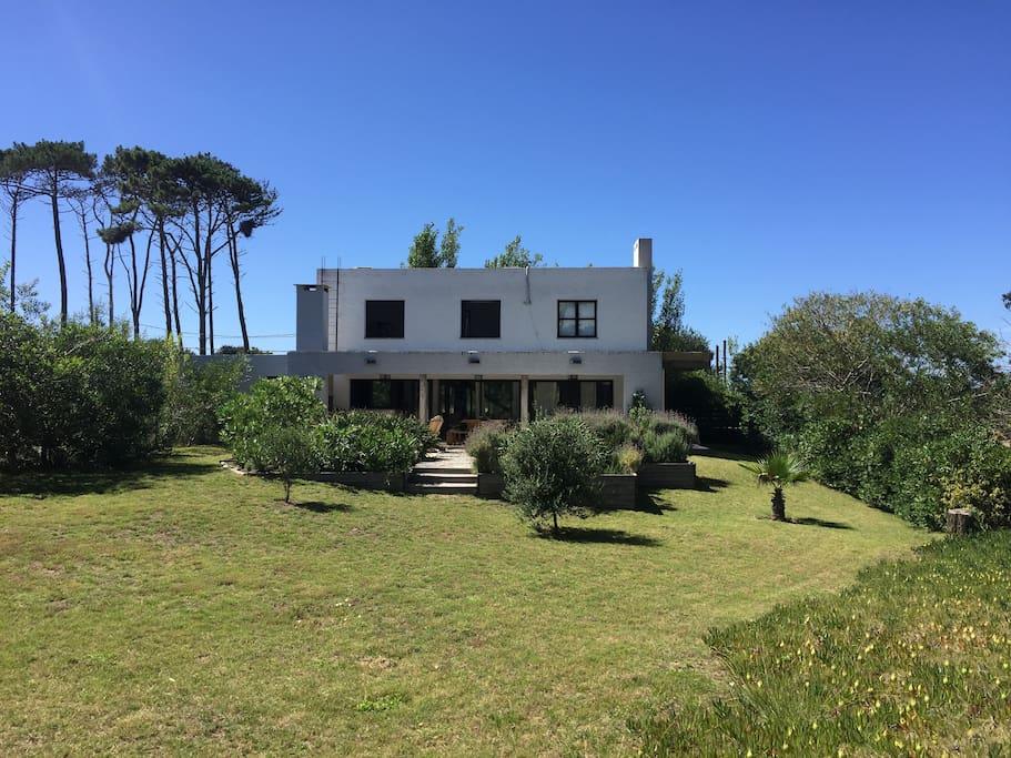 La vista de la casa, de dos plantas muy bien distribuidas, y su jardín