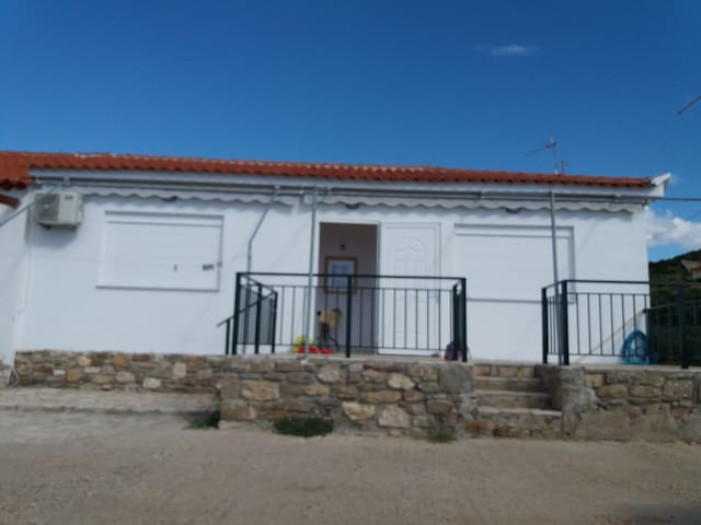 Το σπίτι, η κεντρική είσοδος και η βεράντα