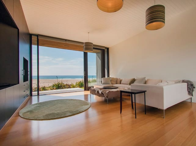 Pacific Beachfront - Designer Beachfront House with Ocean Views and Wi-Fi