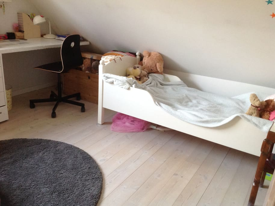 Children's room with single bed
