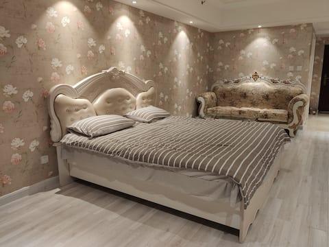 万达公寓温馨小居,一居室大床房,房屋整洁干净,是你休闲休息的不二选择!
