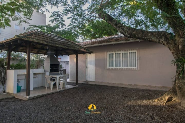 Linda casa em Bombinhas á 200MTS do MAR - WIFI