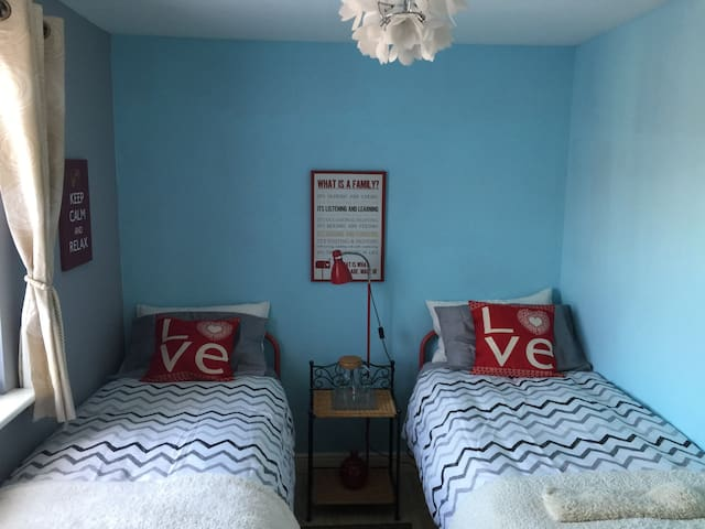 Lovely, comfy twin bedroom near Stansted Airport - Takeley - บ้าน