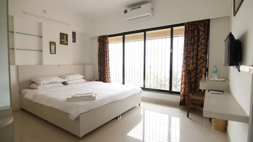 Private Room Serviced Apt - Near BKC, Bandra East