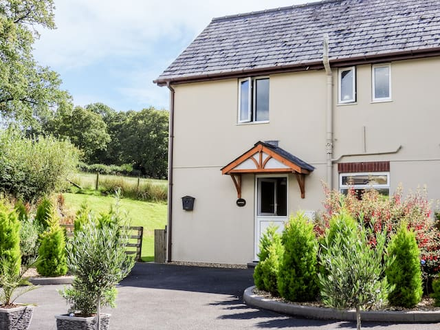RED KITE COTTAGE, pet friendly, with a garden in Howey, Ref 932195