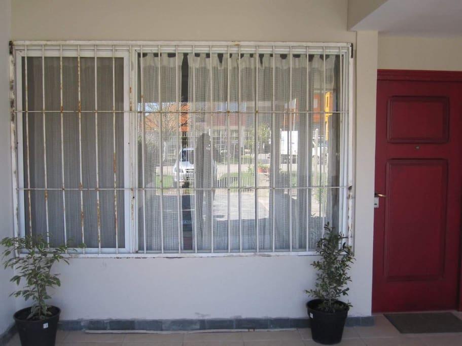 Puerta y ventanal del frente de la casa