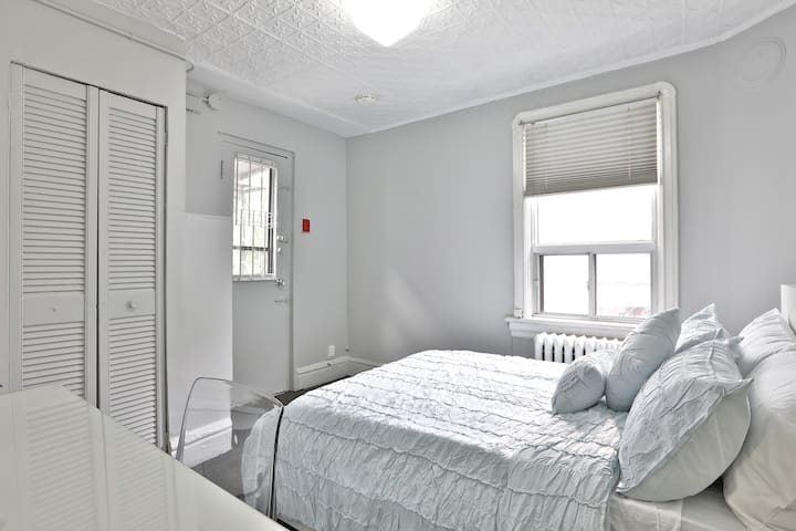 Newly Renovated Pied-à-terre in HEART OF YORKVILLE