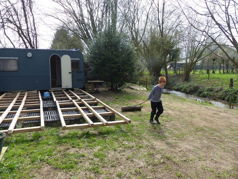 Construction de la terrasse et aménagement du terrain avec l'aide d'Adam et Lili...