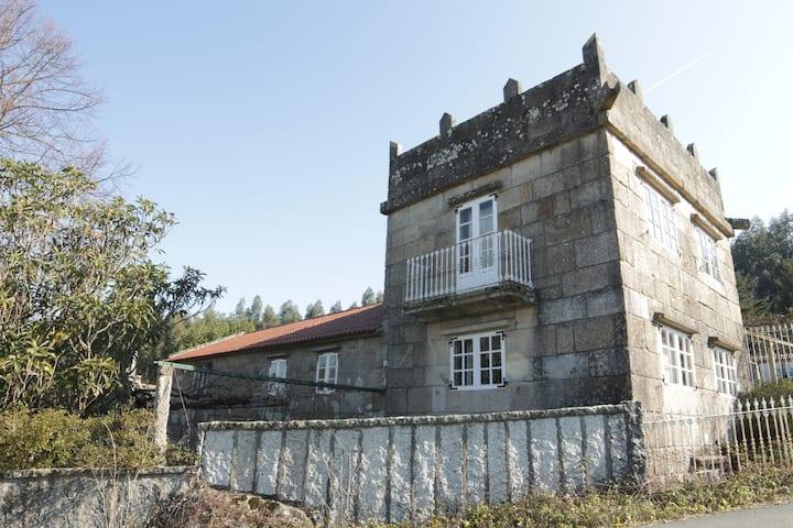Pequeño pazo gallego del siglo xviii con piscina