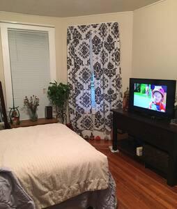 Comfy big room. - Beverly - Apartmen