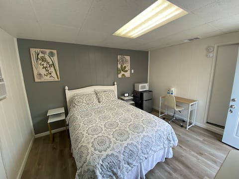 Private Suite, Minutes From Airport! Pet Friendly!