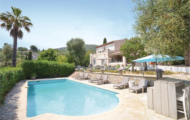 Holiday cottage with 4 bedrooms on 175 m² in Le Tignet