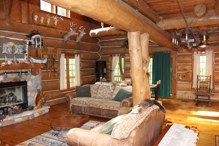 Dream Catcher Log Cabin (Newaygo, MI): Cozy cabin on 60  private acres!
