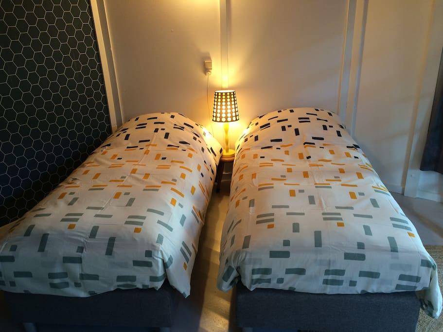 De bedden beneden (hier kan ook een 2-persoonsbed van gemaakt worden)/The beds downstairs (they can also be converted to a 2-person bed)
