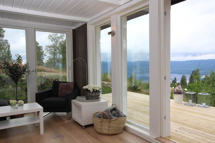 New cabin with a nice lake view - 60 min from Oslo