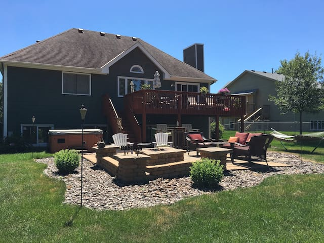 Updated w/hot tub & projector tv! - Eden Prairie - Casa