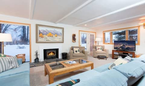 Inviting mountain condo w/mountain views, great location, wood fireplace, & more