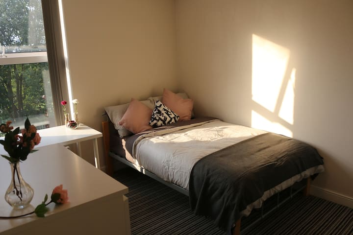 Ensuite Room with Wifi, Close to City Centre & Uni