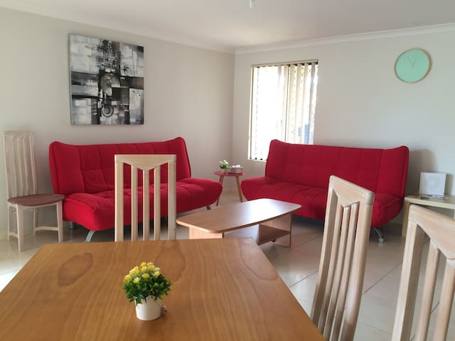 Clean&Comfy house in Perth,close to CBD & Airport - Bentley - Hus