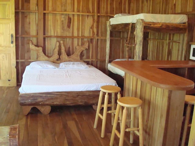 Atenas Cozy Treehouse Getaway close to airport - Mercedes - Cabaña