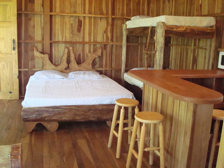 Atenas Cozy Treehouse Getaway close to airport