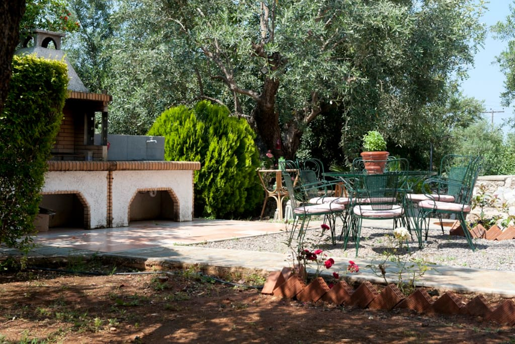 Relax in different corners of the garden - common space / BBQ