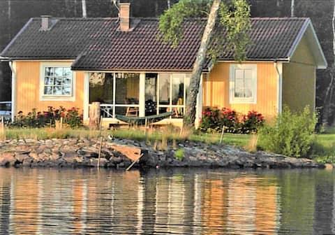 Fritidshus i toppklass precis vid Åsnen, egen båt