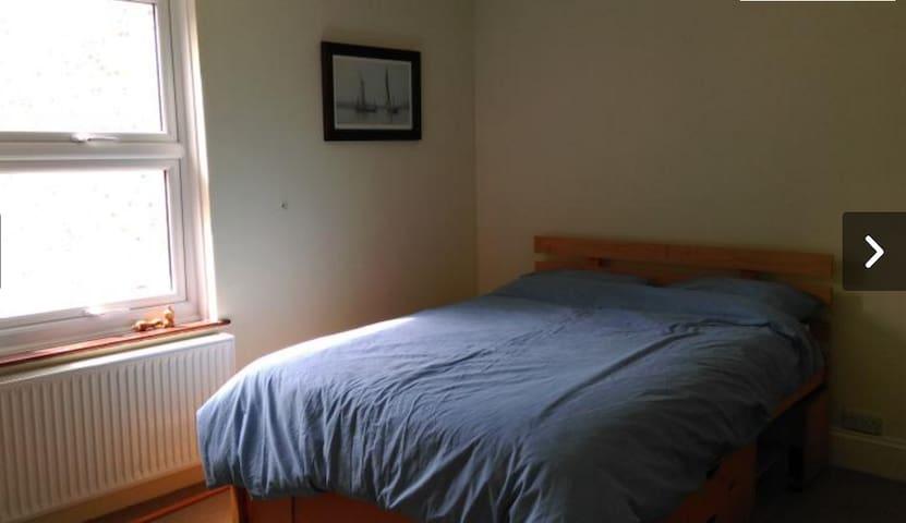3 Bedroom Cowes Cottage - Sleeps 8