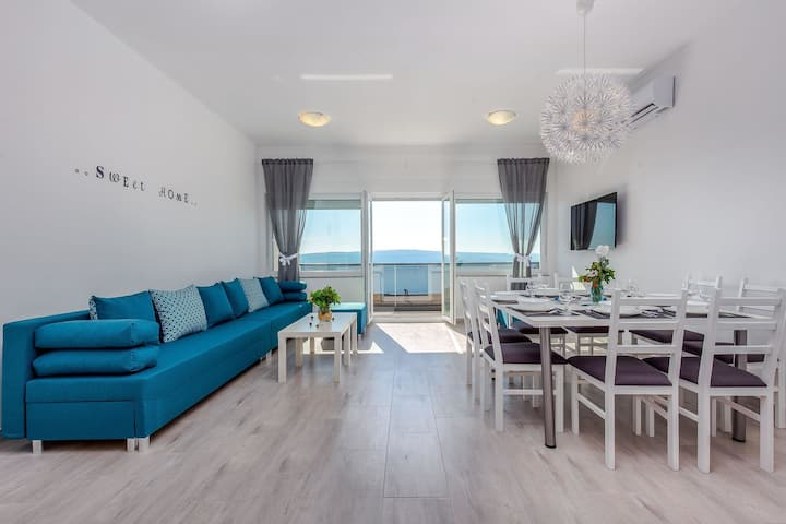 Spacious apartment with swimming pool and jacuzzi. Sea view !