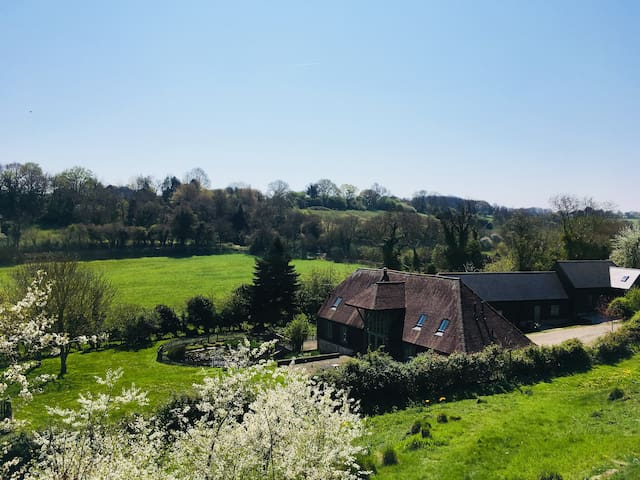 B&B Sleeps 6, Converted Barn In The Elham Valley