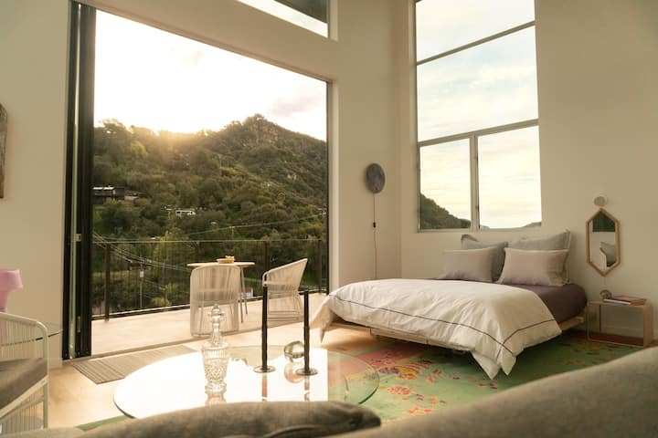 Elegant Moonrise View Suite, walk to town & trails