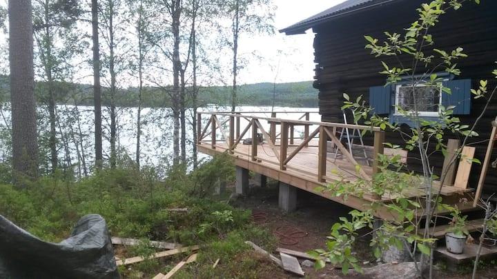 Mysig stuga vid sjön