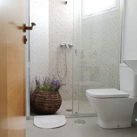 Baño privado de la habitación con cama de matrimonio