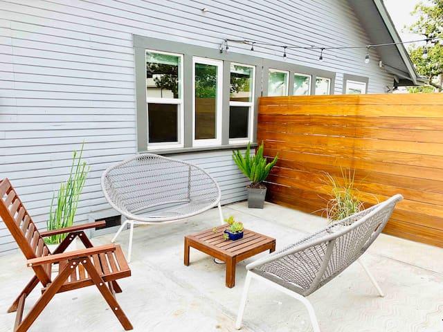Cute & cozy studio with patio near Americana