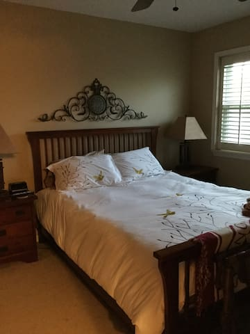 Lovely Quiet Room,35 minute train away from Philly - Ambler - Townhouse
