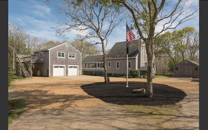 Contemporary 3BR/2.5 BA Edgartown Beauty