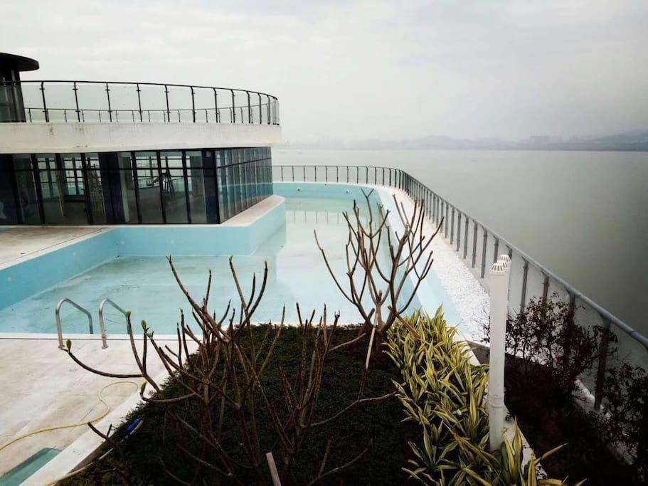 楼顶天际泳池
