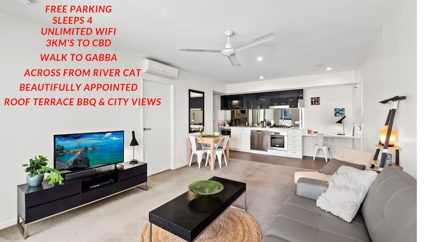 Sleeps 4 with Free Parking, Just 3kms to CBD, Amazing Views from Roof Terrace