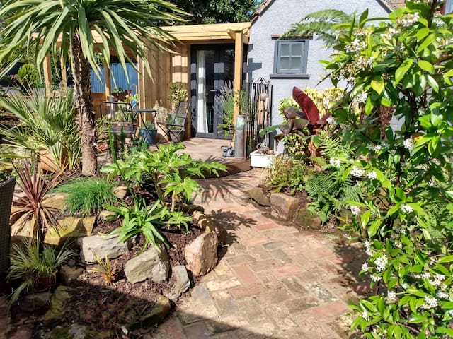 Cosy & Quirky South Downs Garden Room, Sleeps 2