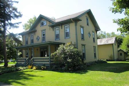 Grand Colonial near Watkins Glen - Odessa - Hus