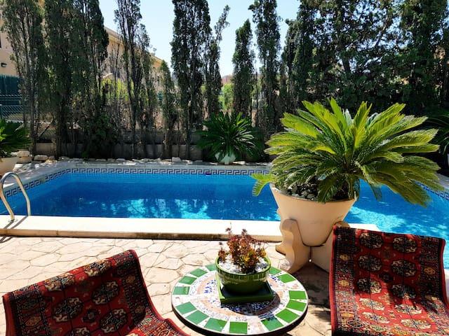 Hermosa y exterior estilo inglés en chalet/piscina